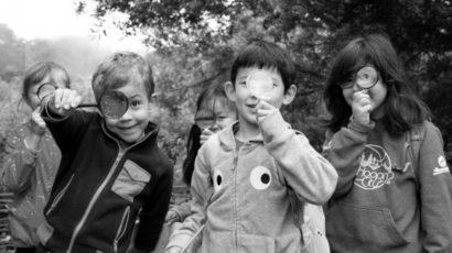 kids using magnifying glasses