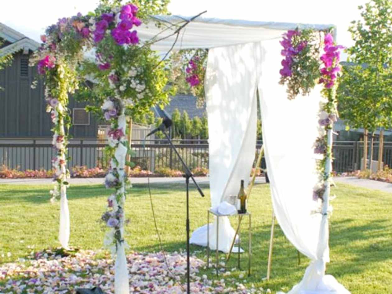 Free-standing huppah canopy with flowers